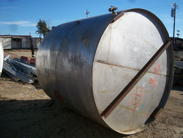 Used approximately 3000 gallon 304 stainless steel vertical mix tank