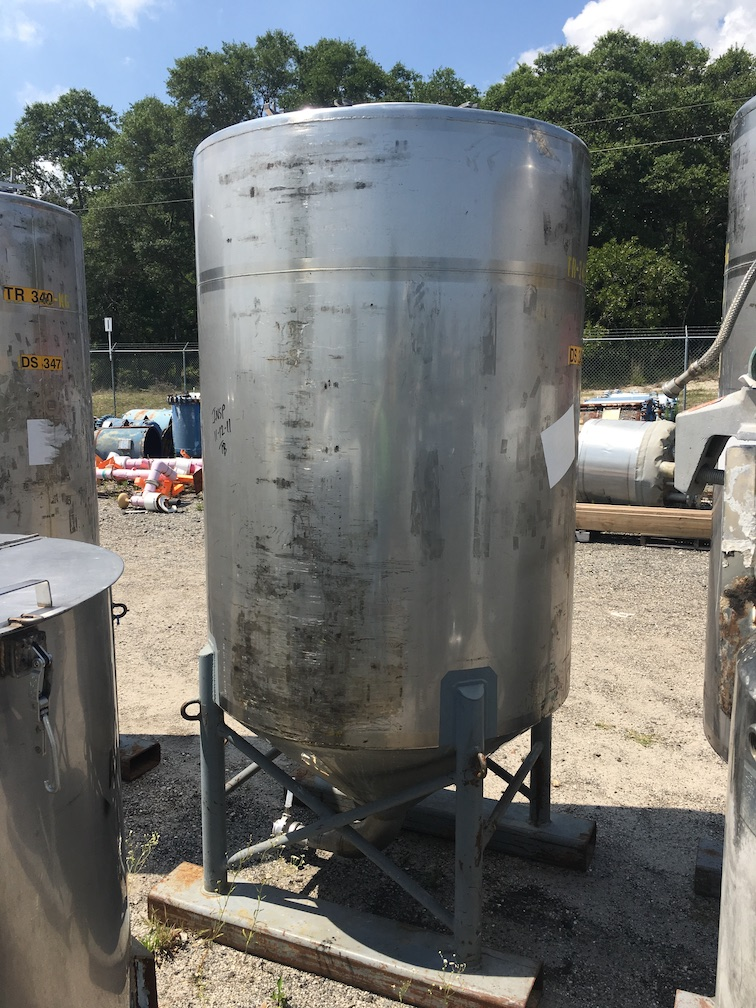 Used approximately  500 gallon 304 stainless steel vertical tank(SOLD)