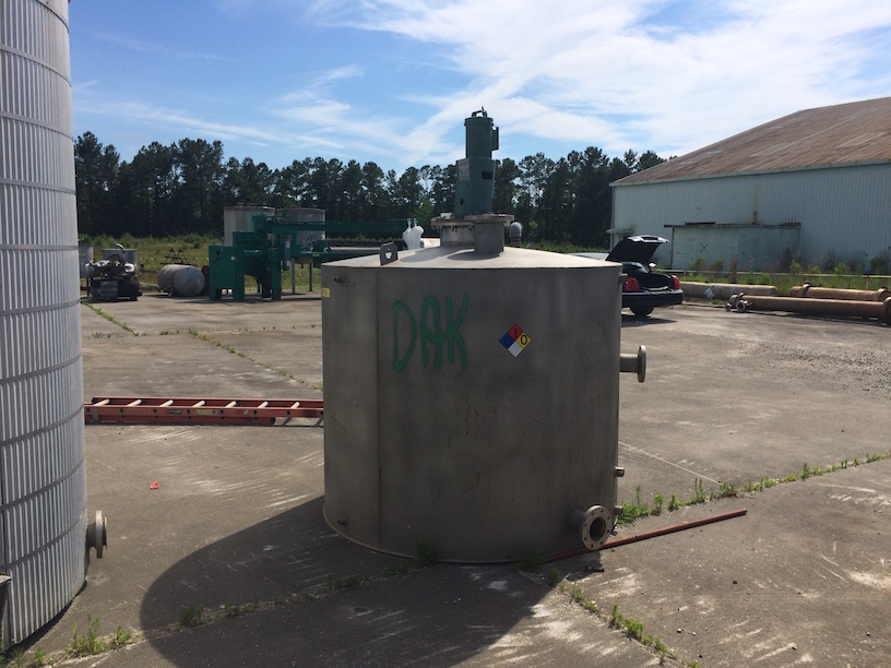 Used approximately 1,000 gallon stainless steel vertical mix tank(SOLD)