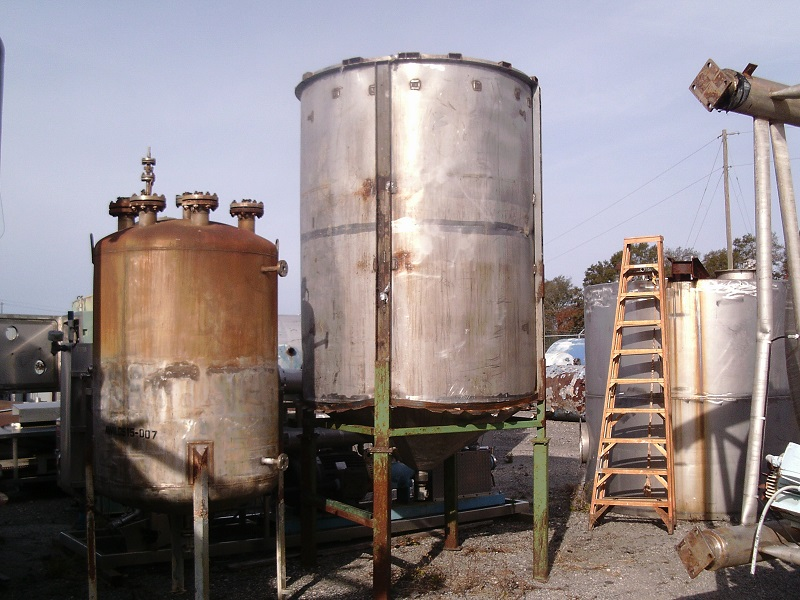 Used approximately 1700 gallon vertical stainless steel tank(SOLD)