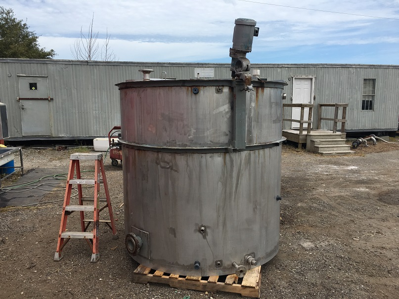 Used approximately 1100 gallon 304 stainless steel vertical tank